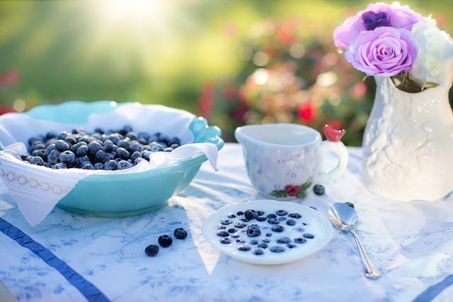 borůvky, jogurt, prostřeno na snídani