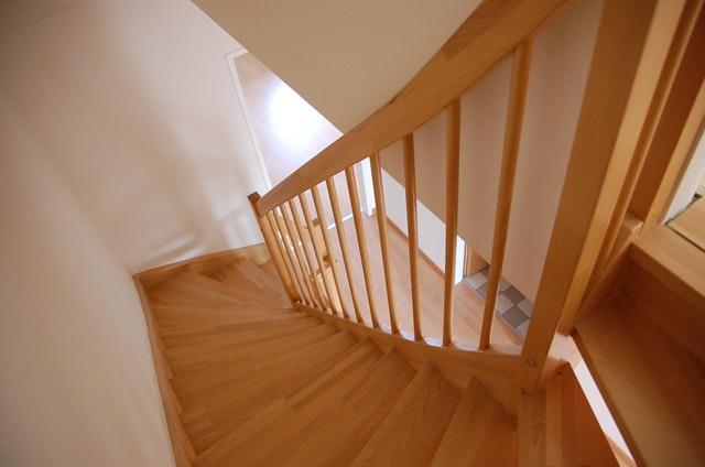 dřevěné schodiště.jpg
